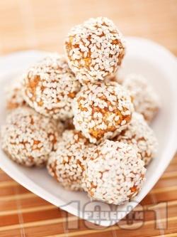 Сурови ябълкови бонбони (топчета) от сушени плодове и бадеми с мед и канела - снимка на рецептата